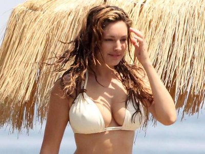 Kelly Brook shows off her body