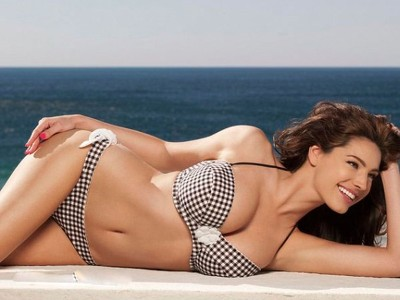 Kelly Brook shows off her marvelous curves