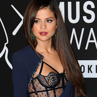 Selena Gomez demonstrates her tits on the red carpet!